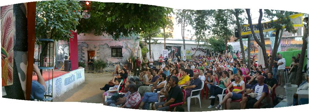 panorámica de terraza de verano Móstoles - La Casika - gente riendo viendo a Pepe Viyuela