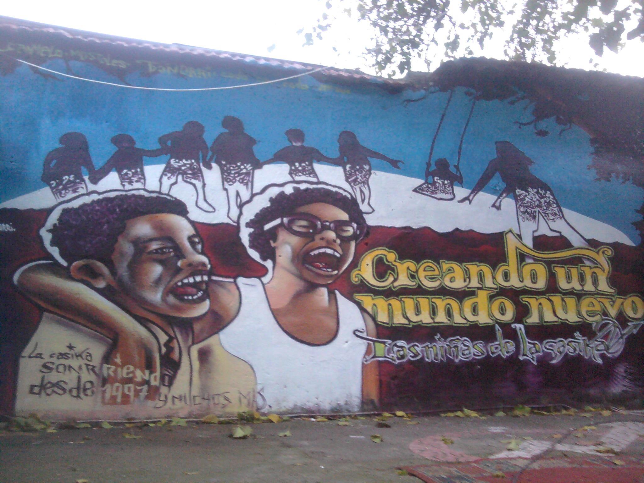 creando un mundo nuevo graffiti en el escenario de la casika