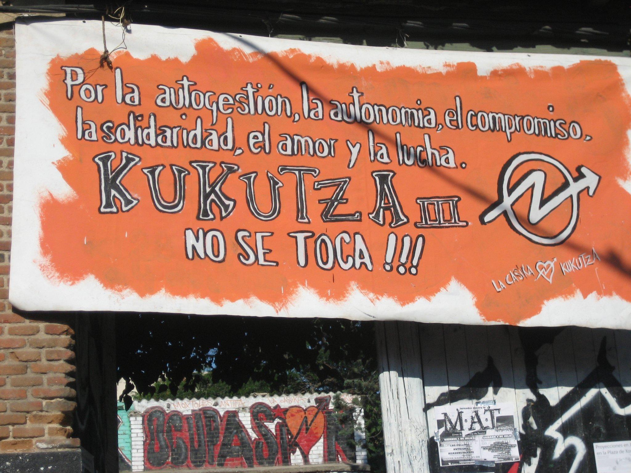 kukutza no se toca pancarta en la casika